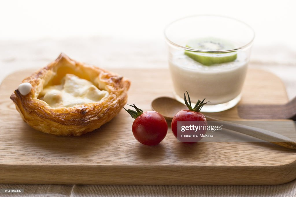 Yoghurt, danish and tomato