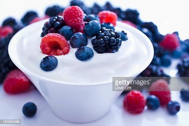 Iogurte e frutos.