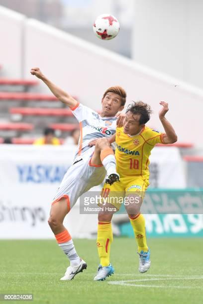 Yohei Naito of Giravanz Kitakyushu and Yuki Sato of AC Nagano Parceiro compete for the ball during the JLeague J3 match between Giravanz Kitakyushu...