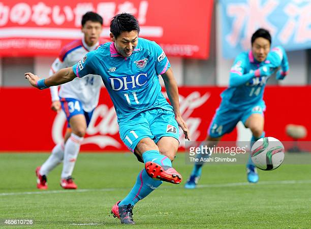 Yohei Toyoda of Sagan Tosu scores his team's first goal from the penalty spot during the JLeague match between Sagan Tosu and Albirex Niigata at Best...