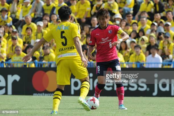 Yoichiro Kakitani of Cerezo Osaka takes on Yuta Nakayama of Kashiwa Reysol during the JLeague J1 match between Kashiwa Reysol and Cerezo Osaka at...