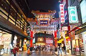 横浜中華街の夜景。横浜中華街のメイン通りの夜景。