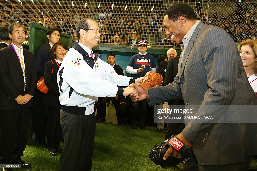 Yomiuri Giants legend Sadaharau Oh and Hall of Famer Dave Winfield (R) shake hands during game two of Samurai Japan and MLB All-Stars at Tokyo Dome on November 14, 2014 in Tokyo, Japan.