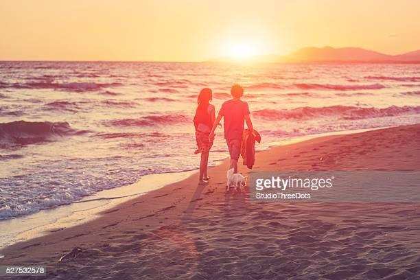 Yong couple marchant sur la plage