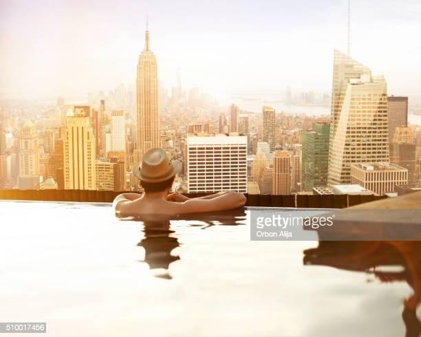 Yong Mann entspannend auf dem Dach des Hotels