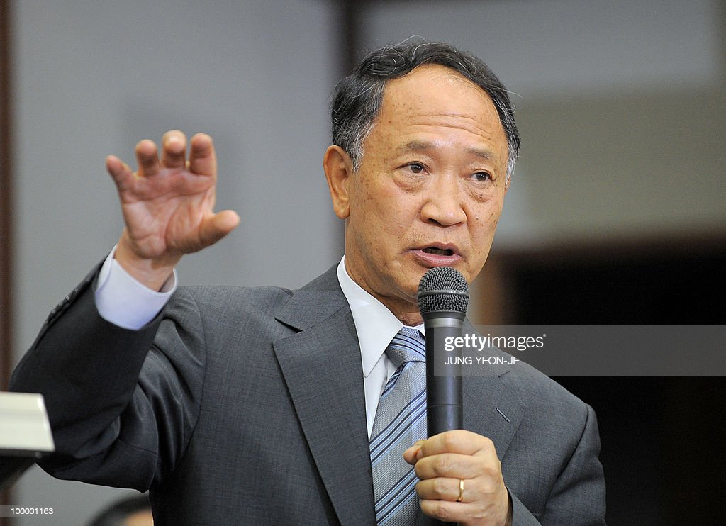 Yoon Duk-Yong (R), co-head of the team investigating the sinking of the South Korean warship Cheonan, talks during a press conference at the Defense Ministry in Seoul on May 20, 2010. South Korea's president vowed 'resolute countermeasures' against North Korea after investigators concluded that it sank one of Seoul's warships with the loss of 46 lives. A multinational team investigating the March 26 sinking of the 1,200-tonne corvette said a torpedo fired by a North Korean submarine was to blame.