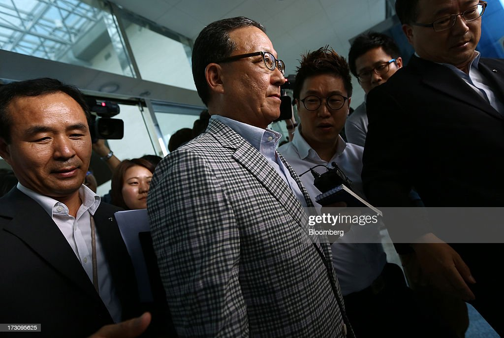Yoon Young Doo, chief executive officer and president of Asiana Airlines Inc., center, leaves a news conference at the company's headquarters in Seoul, South Korea, on Sunday, July 7, 2013. A Boeing Co. 777 flown by South Korea's Asiana Airlines crashed while landing in San Francisco yesterday, killing two people as passengers escaped down emergency slides before a fire swept through the plane. Yoon apologized for the crash and said that Asiana is struggling to confirm details of casualities through the U.S. authorities. Photographer: SeongJoon Cho/Bloomberg via Getty Images