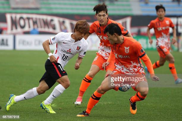 Yoshiaki Komai of Urawa Red Diamonds competes for the ball with Hwang IlSu of Jeju United FC during the AFC Champions League Round of 16 match...