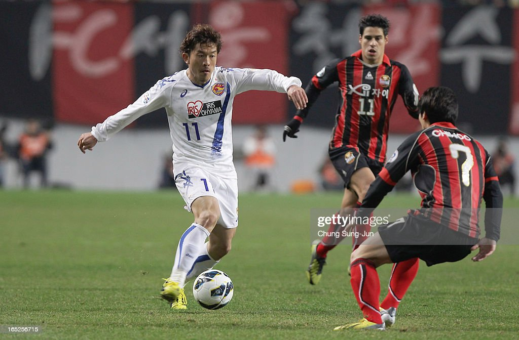 Yoshiaki Ohta of Vegalta Sendai competes with Kim Chi-Woo of FC Seoul during the AFC Champions League Group E match between FC Seoul and Vegalta Sendai at Seoul World Cup Stadium on April 2, 2013 in Seoul, South Korea.