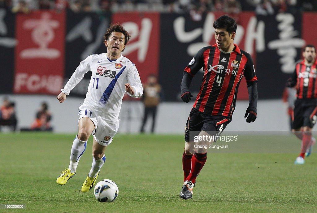Yoshiaki Ohta of Vegalta Sendai competes with Kim Ju-Young of FC Seoul during the AFC Champions League Group E match between FC Seoul and Vegalta Sendai at Seoul World Cup Stadium on April 2, 2013 in Seoul, South Korea.
