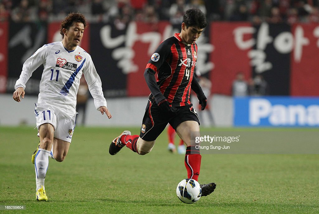 Yoshiaki Ohta of Vegalta Sendai competes with Kim Ju-Young of FC Seoul during the AFC Champions League Group E match between FC Seoul and Vegalta Sendai at Seoul World Cup Stadium on April 2, 2013 in Seoul, South Korea.