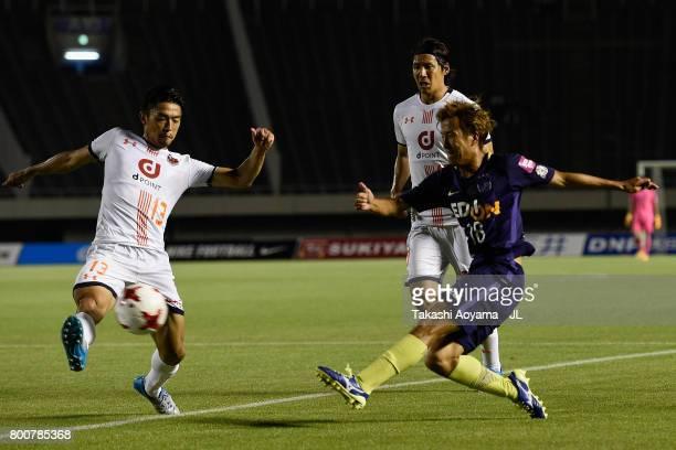 Yoshifumi Kashiwa of Sanfrecce Hiroshima and Daisuke Watabe of Omiya Ardija compete for the ball during the JLeague J1 match between Sanfrecce...