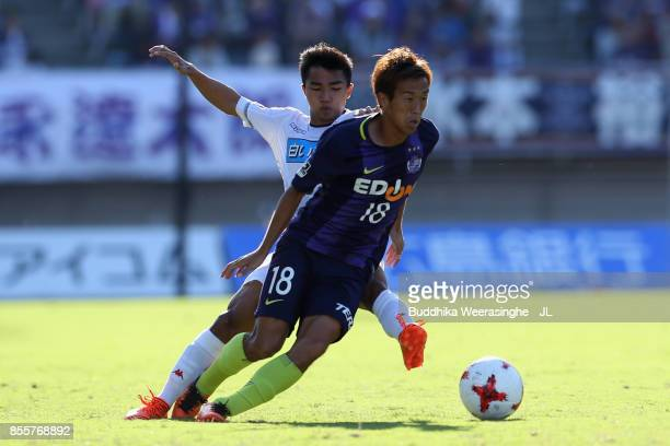 Yoshifumi Kashiwa of Sanfrecce Hiroshima controls the ball under pressure of Chanathip Songkrasin of Consadole Sappporo during the JLeague J1 match...