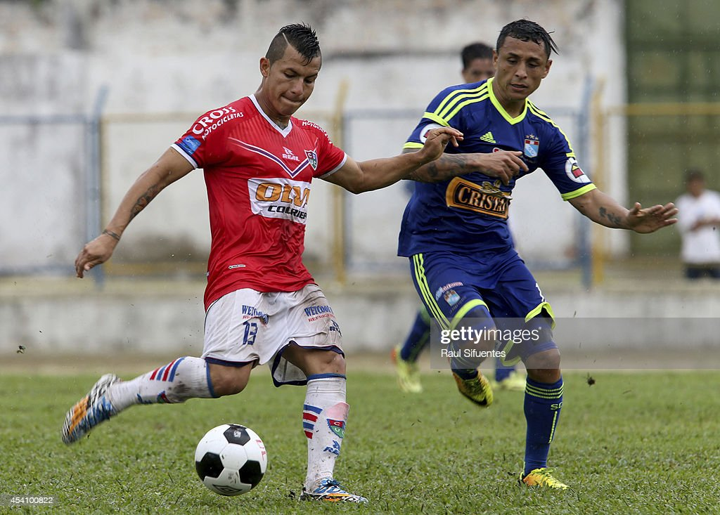 Yoshimar Yotun (R) of Sporting Cristal struggles for the ball with Jaime Vasquez (L) of Union Comercio during a match between Union Comercio and Sporting Cristal as part of round 14 of Torneo Apertura 2014 at IPD de Moyobamba Stadium on August 24, 2014 in Moyobamba, Peru.