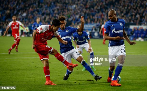 Yoshinori Muto of Mainz is blocked by Thilo Kehrer of Schalke and Naldo of Schalke during the Bundesliga match between FC Schalke 04 and 1 FSV Mainz...