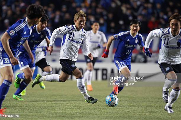 Yosuke Ideguchi of Gamba Osaka competes for the ball with Kwon ChangHoon of Suwon Samsung Bluewings during the AFC Champions League Group G match...