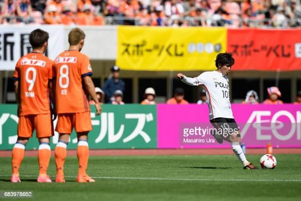 Yosuke Kashiwagi of Urawa Red Diamonds takes a free kick during the JLeague J1 match between Albirex Niigata and Urawa Red Diamonds at Denka Big Swan...