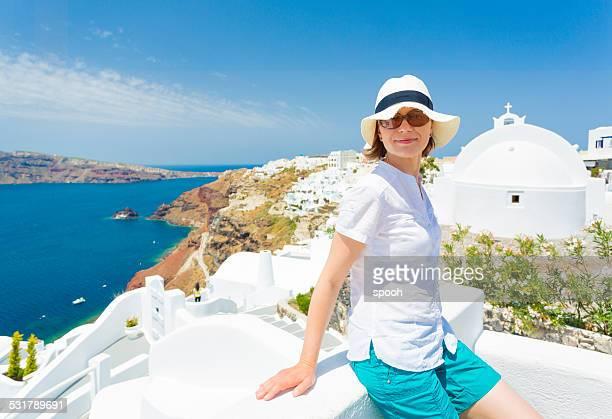 Yougn turista en unas vacaciones en la isla de Santorini en Grecia