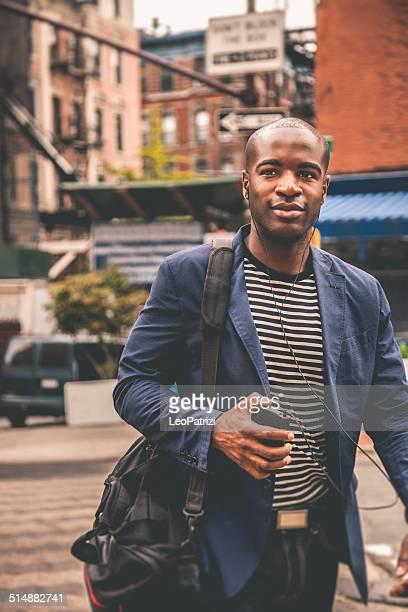 Giovane adulto pendolare andare al lavoro in città