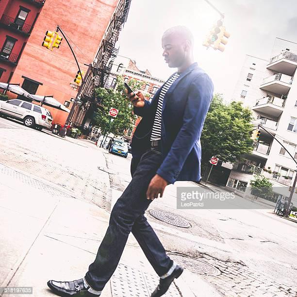 Jeune adulte commuter aller au travail dans les rues de la ville