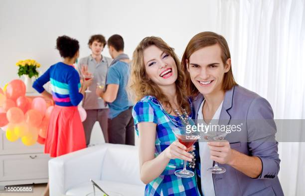 Jeune adulte couple à la maison