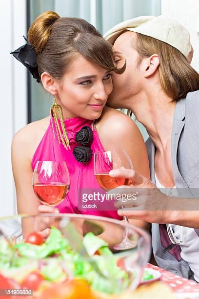 Jeune adulte couple à la fête