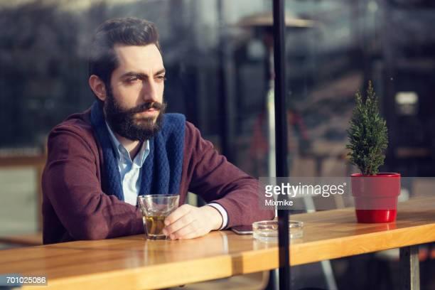 Jeune sentiment adulte déprimés et boire des boissons alcoolisées pendant la journée