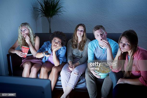 Gelangweilt jungen Erwachsenen Gruppe von TV-Programme