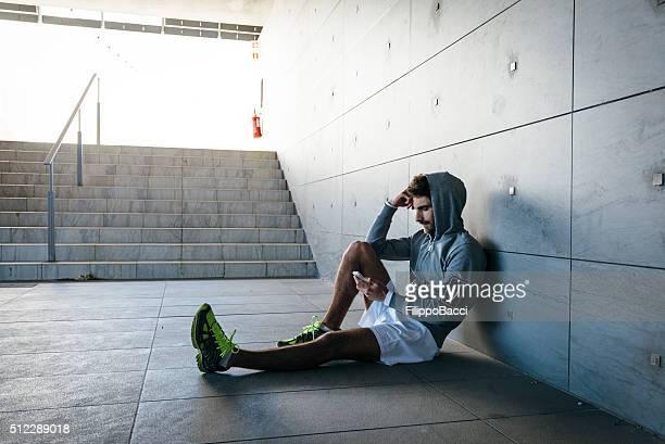 Jeune adulte homme naviguer sur le Web avec un Smartphone