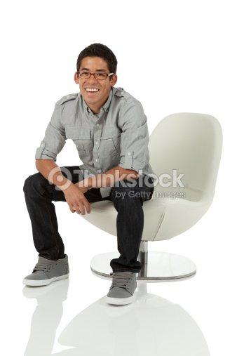 Jeune adulte assis sur une chaise photo thinkstock for Abdos assis sur une chaise