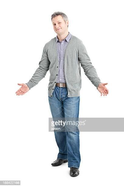 Giovane adulto indossando la maglia grigia