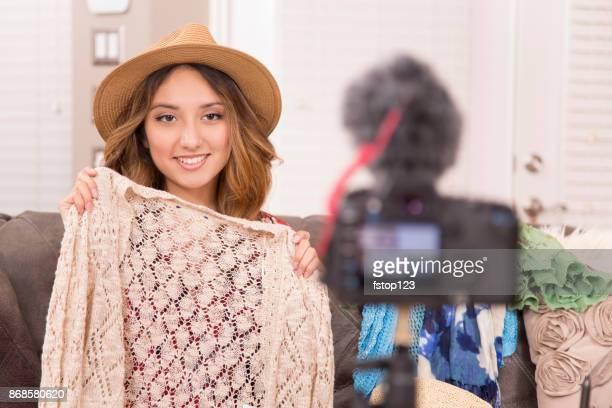Junge Frau Vlogs über Mode.