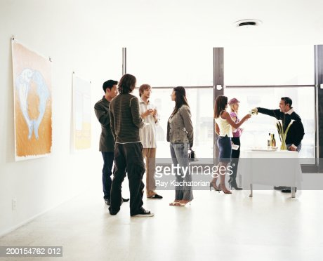 Young adults attending art gallery reception : Stockfoto