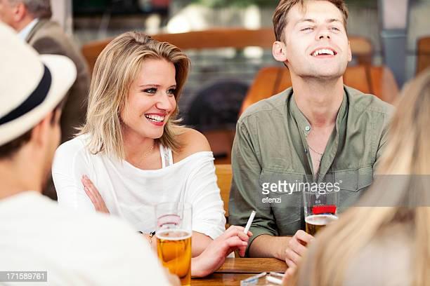 Junger Erwachsener trinkt Bier und Nichtraucher
