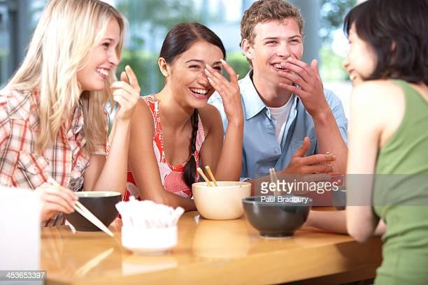 Junge Erwachsene Essen Schüsseln mit Nudeln mit Stäbchen