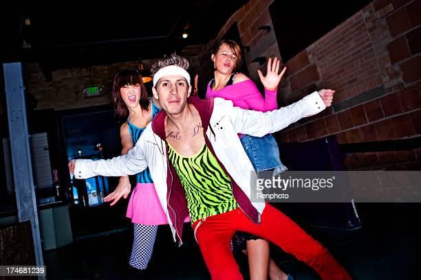 Jeunes adultes en direction de 80 danse