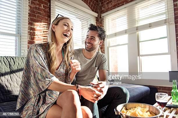 Jovens adultos em uma appart, Namorar