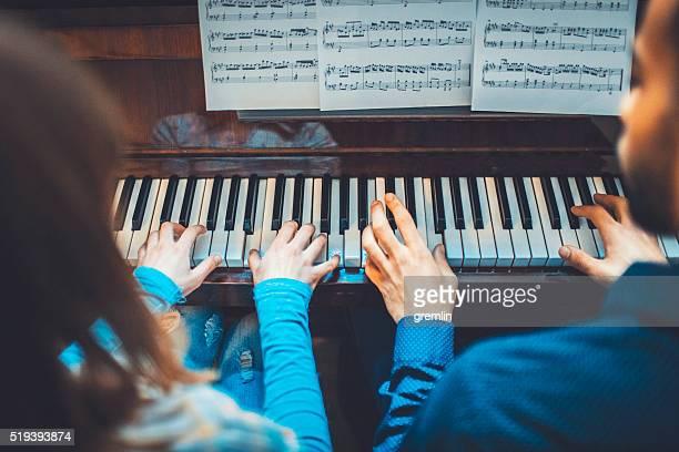 Jeunes adultes jouant du piano ensemble