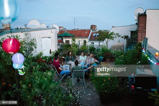 Junge Erwachsene, Dachgarten, reden, Wasserpfeife rauchen