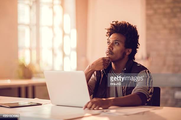 Jeune afro-américaine Homme d'affaires pense à nouveaux affaires idée.