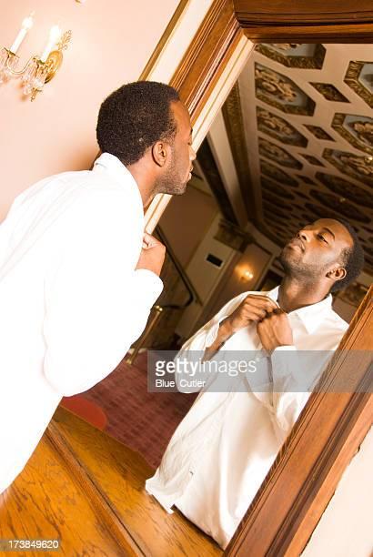 Jovem americana africano macho olhando para o espelho