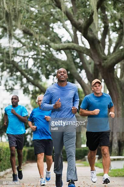 Jeune homme afro-américain, menant groupe de coureurs