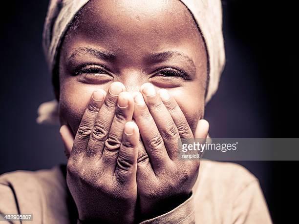 Jeune fille africaine (isolé sur noir)