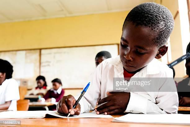Junge afrikanische student in parlamentarische Bestuhlung