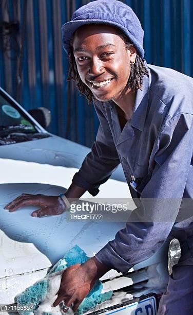 Jeune africaine laver un véhicule