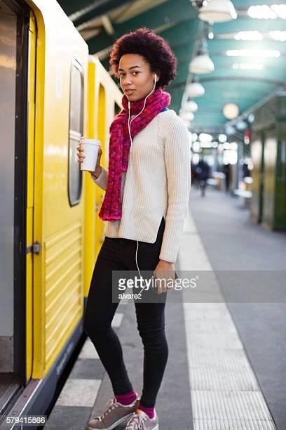 若いアフリカの女性の搭乗券、鉄道