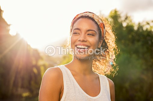Young african woman smiling at sunset : Foto de stock