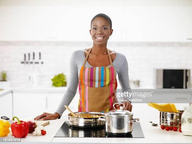 Jeune femme afro-américaine de préparer un délicieux déjeuner