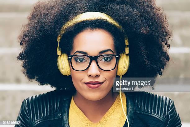 Jeune afro femme écoutant de la musique