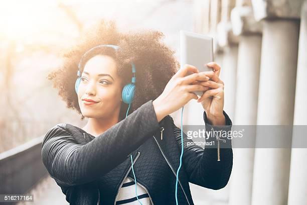 Giovane donna ascoltando musica afro